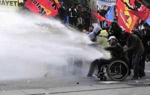 H τουρκική αστυνομία εκτόξευσε δακρυγόνα και έκανε χρήση αντλιών νερού υπό πίεση προκειμένου να διαλύσει πλήθος πολλών χιλιάδων διαδηλωτών που πραγματοποιούσαν πορεία κατά μήκος της λεωφόρου Ιστικλάλ.