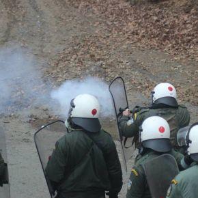 Οι αστυνομικοί των ΜΑΤ που ανέλαβαν τη φύλαξη των μεταλλείων χρυσού στις Σκουριές έριχναν στο… ψαχνό!(ΦΩΤΟ)