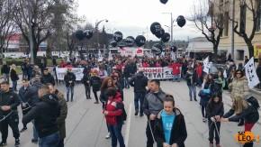 Αλυσοδεμένοι κάνουν πορεία στη Θεσσαλονίκη, ενάντια στην εξόρυξηχρυσού